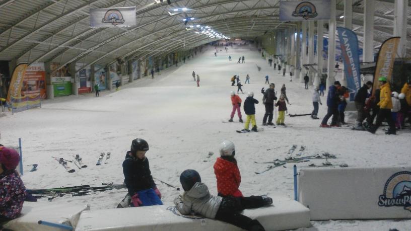 Op de andere piste zijn alpineskiërs bezig