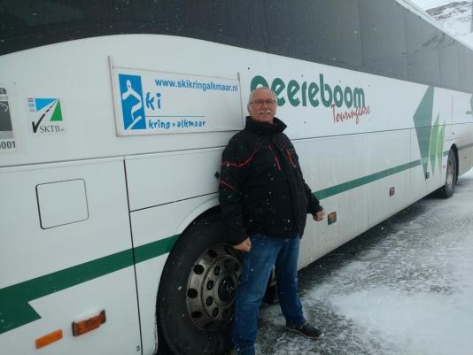 Chauffeur Theo bij zijn bus