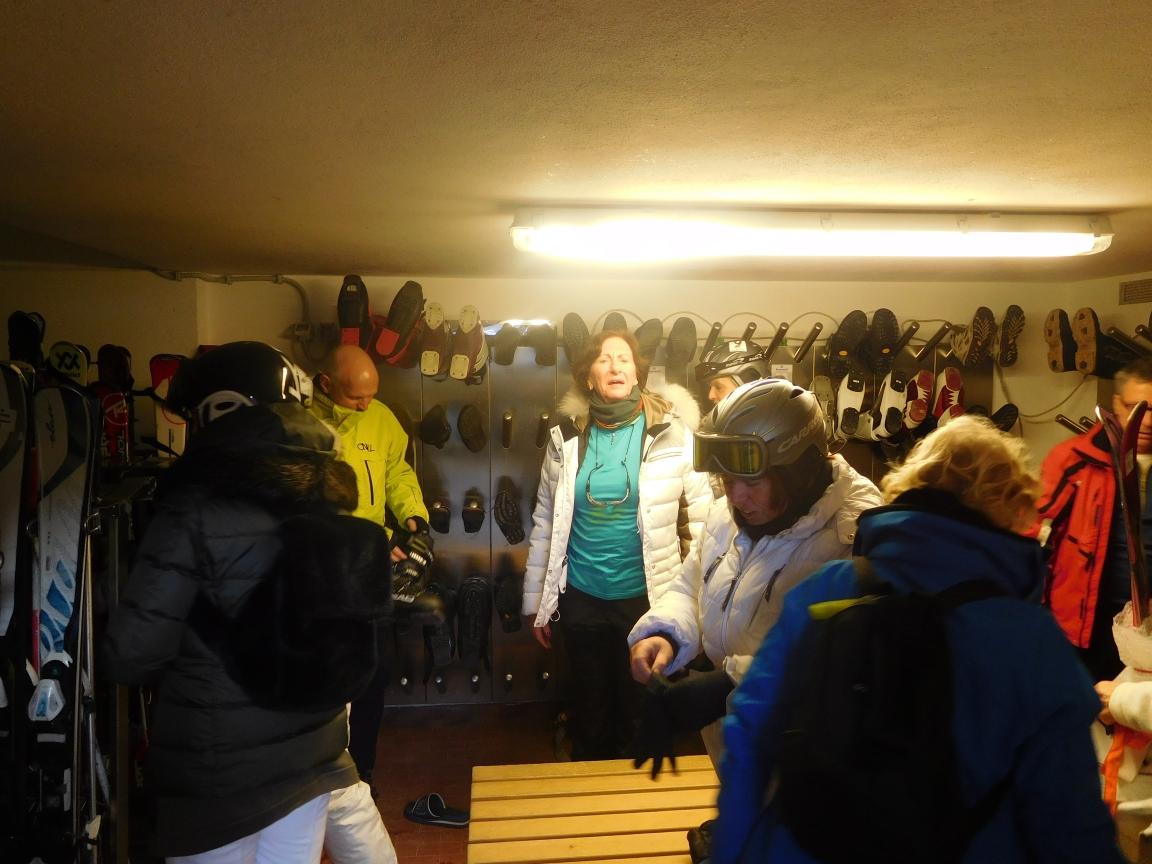 54 De schoenen en ski berging