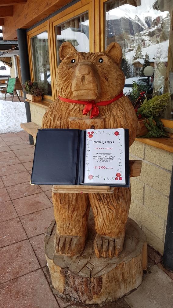 De beer verteld wat er op het menu staat